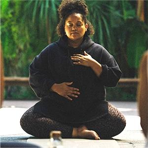 Alli Simon meditating